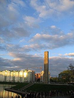Стела на месте основания города. Фото: Wikipedia.org